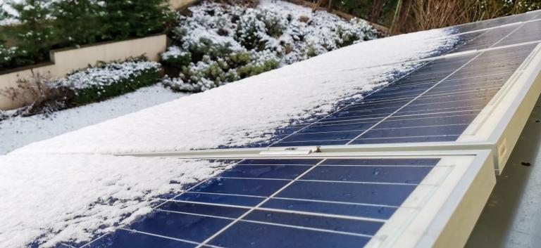 Hó a napelem felületén